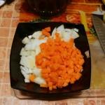 Лук и морковь готовы загрузиться в горшочек