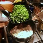 Базилик и зеленый лук добавляем в мясо