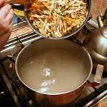 Высыпаем мясо с овощами в суп