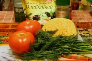 Будущий салат из помидоров и сыра