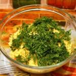 Режем укроп и добавляем в салат