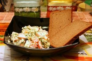 Лучше всего салат идет с ржаным хлебом
