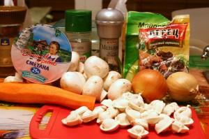 Будущие пельмени в горшочке в овощном бульоне