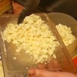 Белый шоколад режем ножом на мелкие кусочки