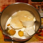 Сыр, сливки, яйца и сахар взбиваем в однородную массу