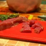 Мясо режем кубиками.