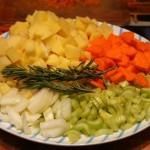 нарезанные сельдерей, лук, картошка, морковка