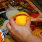 Апельсин режем на две части
