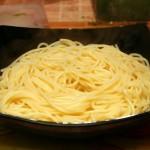 В готовые макароны добавьте соус.