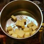 Сливочное масло нарезаем кубиками