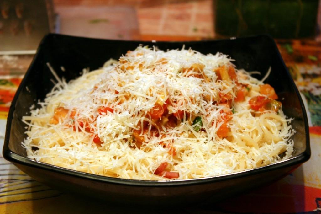В процессе приготовления макарон с мясным фаршем в духовке можно поэкспериментировать со специями и приправами.