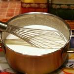 Перемешиваем венчиком и тесто для тонких блинов готово