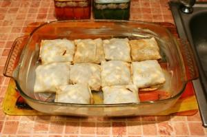 Конвертики из блинов с начинкой кладем в форму и выпекаем в течении 15 минут