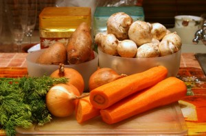 Продукты для грибного супа с овощами