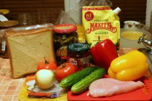 Продукты для овощного салата с сухариками и куриным филе