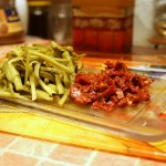 Маринованные огурчики и вяленые помидоры режем полосками