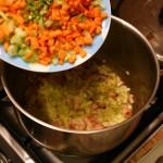 Высыпаем первую чашку с овощами