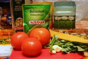 Продукты для соуса к спагетти из томатов и базилика