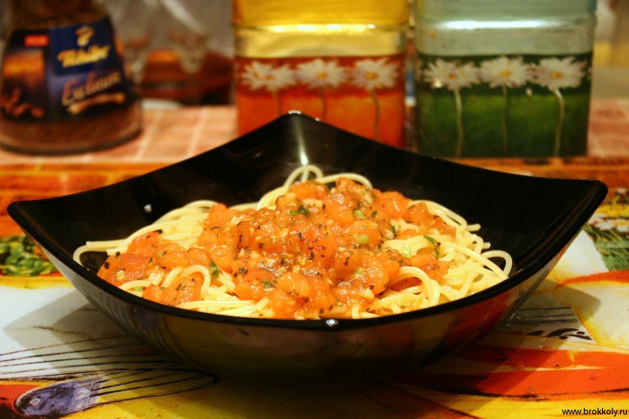 Спагетти с томатами и базиликом