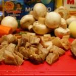 Белые грибы режем крупными кубиками