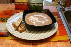 Готовый суп поливаем сливками. Гренки - отличное дополнение