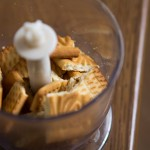 Печенье рамалываем в мелкую крошку